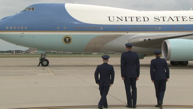 members of the u.s. military salute air force one as it arrives on the tarmac in prince georges county, maryland. - エアフォースワン点の映像素材/bロール