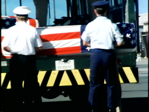ms members of the us military standing at ceremony at hickam air force base/ ws zo pan us military members ceremoniously unloading us flagdraped... - 棺点の映像素材/bロール