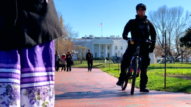 Members of the US Secret Service Uniform Division clear up visitors from Lafayette Square in front of the White House for the arrival of Israeli...