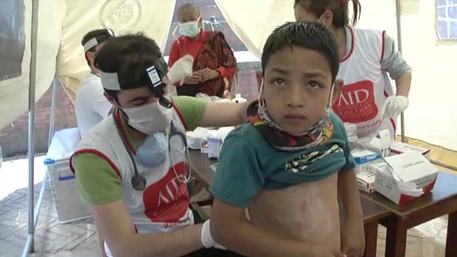 vídeos y material grabado en eventos de stock de members of turkey based nongovernmental organization alliance of international doctors treat earthquake casualties at a tent in nepal's bhaktapur on... - alivio