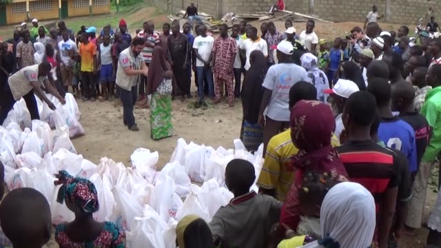 members of turkey's cansuyu charity and solidarity organization distribute qurban shares to togolese people on the third day of the eid al-adha in... - 3日目点の映像素材/bロール