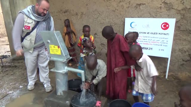 vídeos de stock, filmes e b-roll de members of turkish ngo cansuyu aid association drill three water wells for the people who suffer from water shortage in kousseri cameroon on... - poço