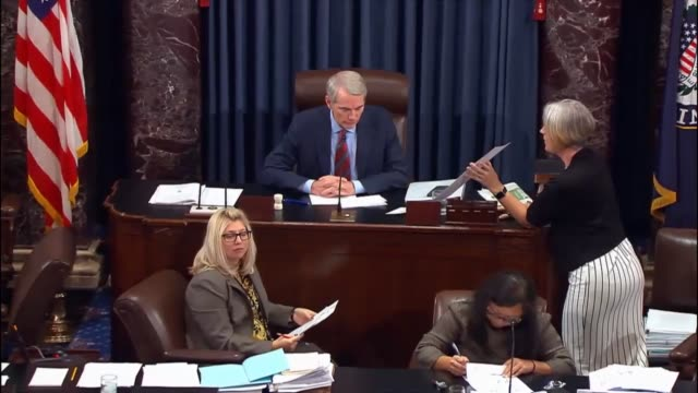 members on both sides of the political aisle in the senate vote to filibuster a proposal worked out by senate majority leader mitch mcconnell and... - アメリカ連邦議会点の映像素材/bロール