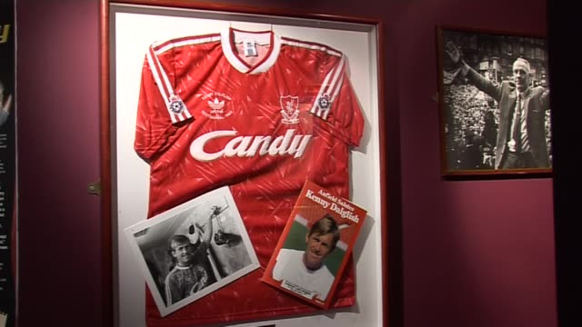 stockvideo's en b-roll-footage met memorabilia in the liverpool fc museum at anfield on september 20, 2011 in liverpool, england - vrijetijdsfaciliteiten