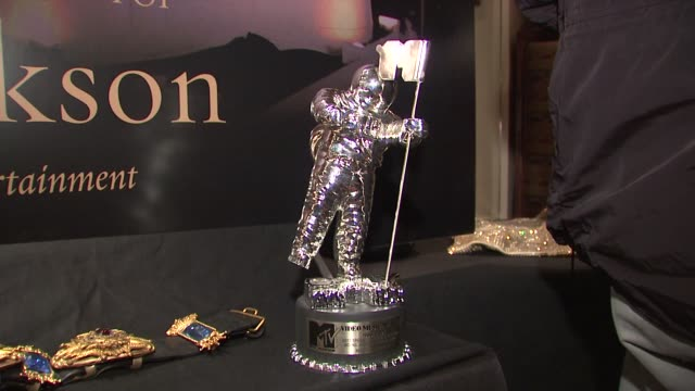 memorabilia to be auctioned off at the juliens auctions and hard rock caf? preview michael jackson auction it at new york ny. - ハードロックカフェ点の映像素材/bロール