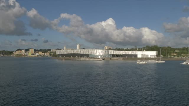 vidéos et rushes de memorial act from cruise ship as it leaves port, pointe-a-pitre, guadeloupe, french antilles, west indies, caribbean, central america - guadeloupe