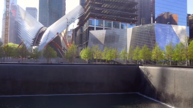 stockvideo's en b-roll-footage met 9/11 memorial and museum, lr pan - gedenkteken