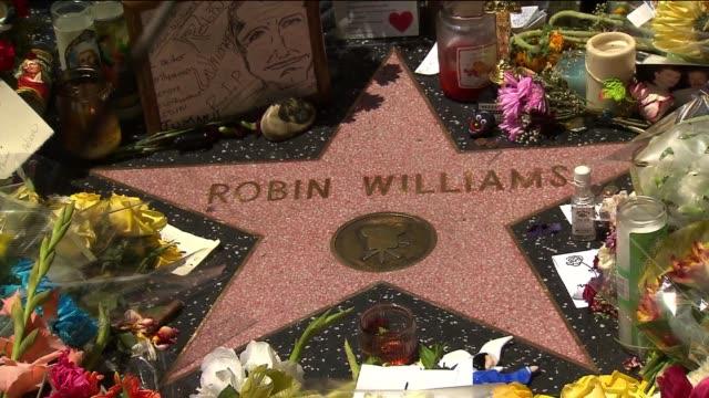 memorial at robin williams' star on hollywood walk of fame - ロビン・ウィリアムズ点の映像素材/bロール