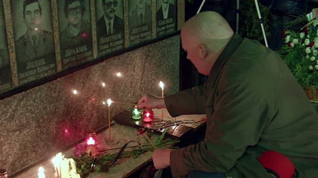 vídeos de stock e filmes b-roll de a memorial ceremony in slavutich the home of many of the doomed nuclear plants workers marks the 29th anniversary of the chernobyl disaster - cinza nuclear