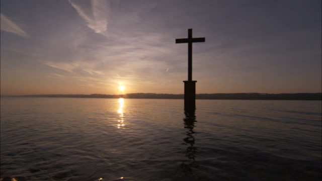 vidéos et rushes de a memorial cross to king ludwig ii stands in starnberger lake near neuschwanstein castle. available in hd - bavière