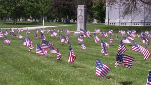 memorial day. amerikanische flagge & kultur. kriegsgräberstätte. honor und patriotismus. - war stock-videos und b-roll-filmmaterial