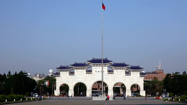 cks memorial hall eingang - chiang kaishek gedenkhalle stock-videos und b-roll-filmmaterial