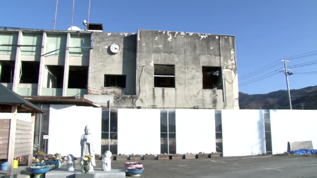 memorial service was held near the former town office to mourn the 40 deaths there including then town mayor who were killed in the huge tsunami that... - memorial点の映像素材/bロール