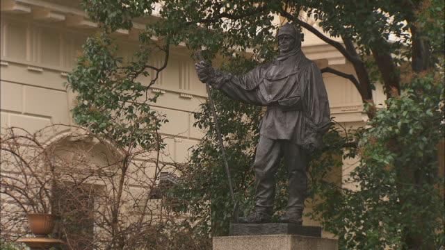 vídeos de stock e filmes b-roll de a memorial statue to captain scott stands at waterloo place in london. - figura masculina