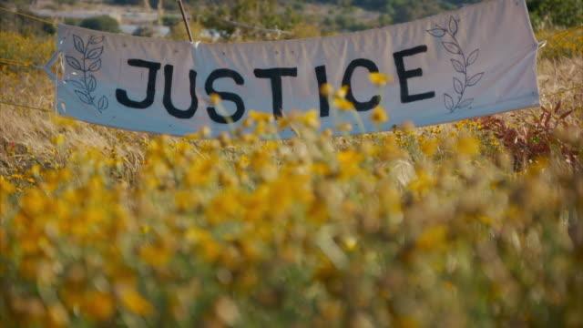 vídeos y material grabado en eventos de stock de a memorial to murdered journalist daphne caruana galizia on the spot where she died - figura femenina