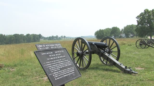 memorials and cannon batteries give visitors a glimpse of the bloody battle that turned the pennsylvania fields into one of america's most historic... - gettysburg stock videos & royalty-free footage