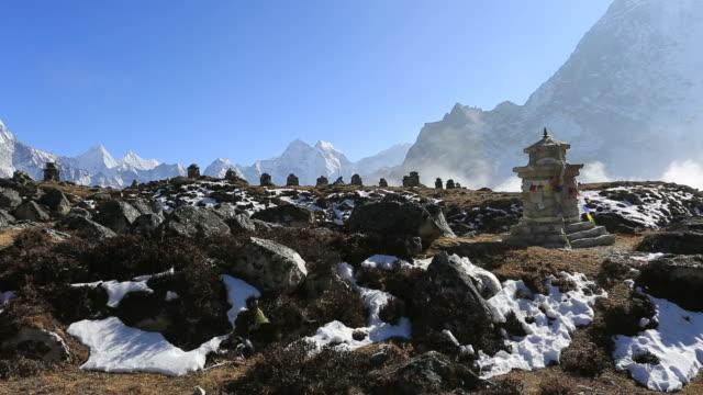 vídeos y material grabado en eventos de stock de memorials to the fallen climbers, dughla pass, himalayan mountains, everest range, nepal - monumento conmemorativo