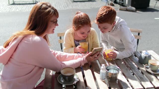 vídeos y material grabado en eventos de stock de recuerdos last forever - familia con dos hijos