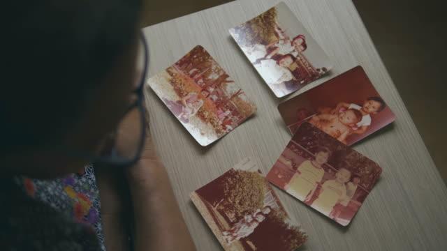 vídeos de stock, filmes e b-roll de álbum de fotos de recordações - fotografia arte e artesanato