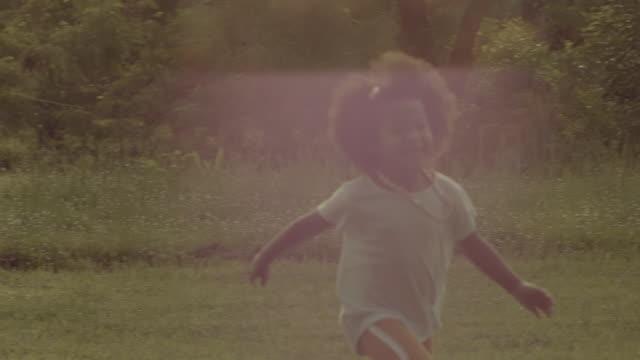 vídeos de stock, filmes e b-roll de memórias: running in the grass - filme imagem em movimento