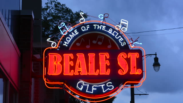 memphis tennessee famous beale street sign for tourists and musicial notes in bar - memphis tennessee stock-videos und b-roll-filmmaterial