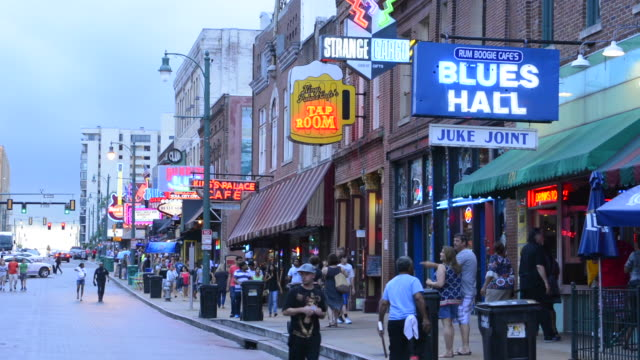 memphis tennessee famous beale street with tourists and music bars everywhere - tennessee stock-videos und b-roll-filmmaterial