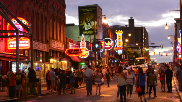 vídeos de stock e filmes b-roll de memphis tennessee famous beale street with tourists and music bars everywhere - tennessee