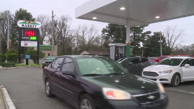 memphis, tn, u.s. - low gas prices at petrol station in memphis, on monday, march 16, 2020. - stazione di rifornimento video stock e b–roll