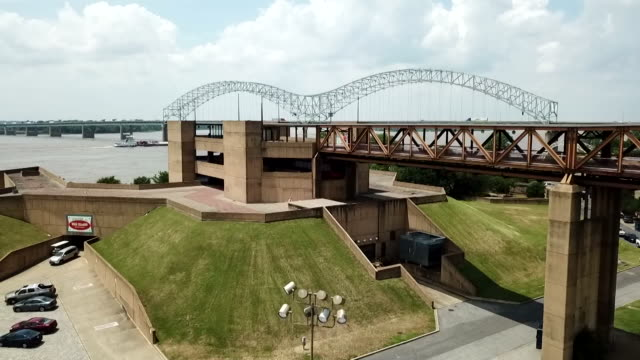 memphis, tn, u.s., - mud island surrounded by mississippi river to the west and wolf river harbor to the east, on monday, jul 29, 2019. - river mississippi stock videos & royalty-free footage