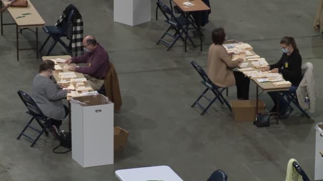 vídeos de stock e filmes b-roll de memphis, tn, u.s. - operations at the fedexforum absentee ballot counting site on election day on wednesday, november 4, 2020. - escrutínio