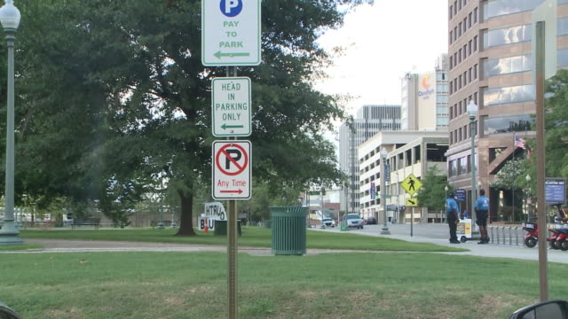 vidéos et rushes de wreg memphis tn us parking meters and parking signs on city streets in memphis on wednesday august 5 2020 - écriture européenne