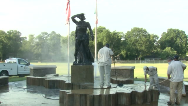 vídeos de stock, filmes e b-roll de memphis, tn, u.s. - workers remove flex seal and feathers from a vandalized statue of christopher columbus on tuesday, july 7, 2020. vandals targeted... - figura masculina