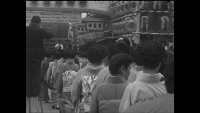 vidéos et rushes de men and geishas  walk in a procession through nakamise with a large lantern. - geisha