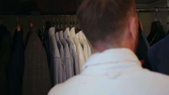 men and lifestyles - ハンガー点の映像素材/bロール
