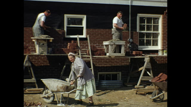 vidéos et rushes de 1954 home movie men and senior woman building brick house, laying bricks / regina, saskatchewan - ouvrier du bâtiment