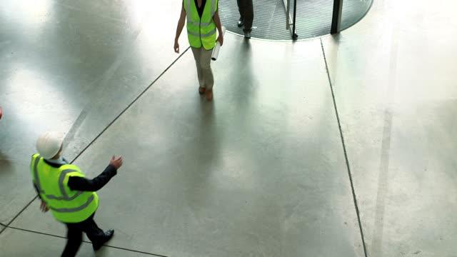 vidéos et rushes de men and woman shaking hands - trois personnes