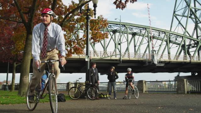 stockvideo's en b-roll-footage met ws men and woman with bicycles, hawthorne bridge in background / portland, oregon, usa - overhemd en stropdas