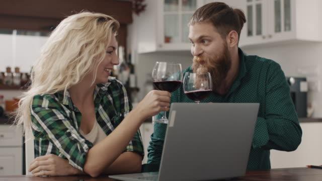 vídeos y material grabado en eventos de stock de hombres y mujeres bebiendo vino - vino tinto