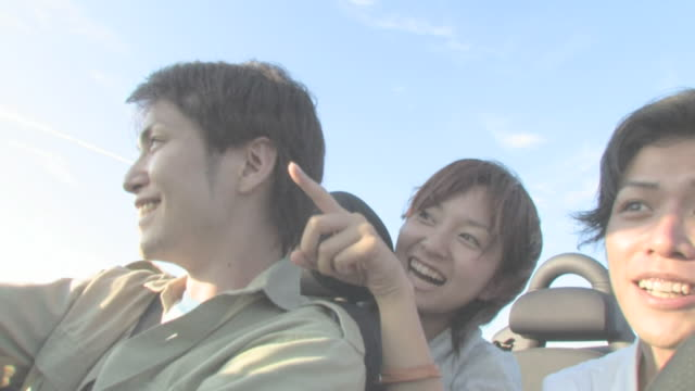 men and women enjoying driving - 笑う点の映像素材/bロール