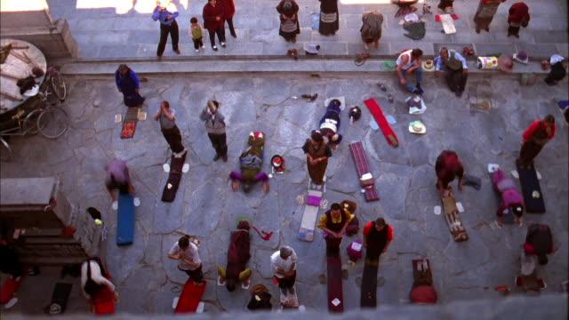 stockvideo's en b-roll-footage met men and women kneel and pray available in hd. - gelovige