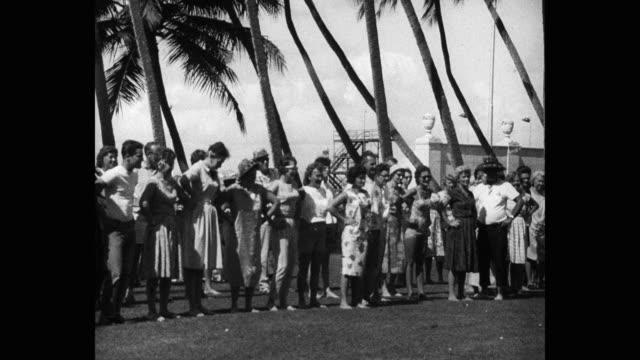 men and women performing traditional hula dance outdoors, hawaii islands, hawaii, usa - mindre än 10 sekunder bildbanksvideor och videomaterial från bakom kulisserna