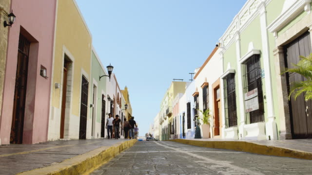 vidéos et rushes de ds, ws men and women walk along a street in campeche / campeche, mexico - trottoir