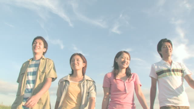 men and women walking side by side - 大学点の映像素材/bロール