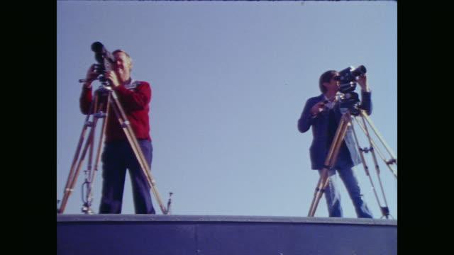 vidéos et rushes de men angle video cameras on tripods on the roof of a vehicle - essai de voiture