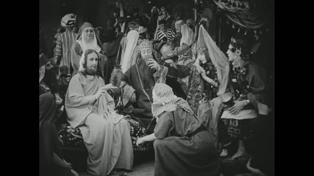 vídeos de stock, filmes e b-roll de men appear skeptical of jesus - jerusalém