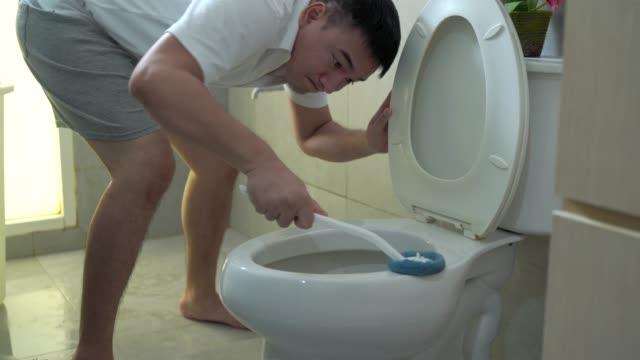 vídeos de stock, filmes e b-roll de os homens estão limpando o banheiro. - domestic bathroom
