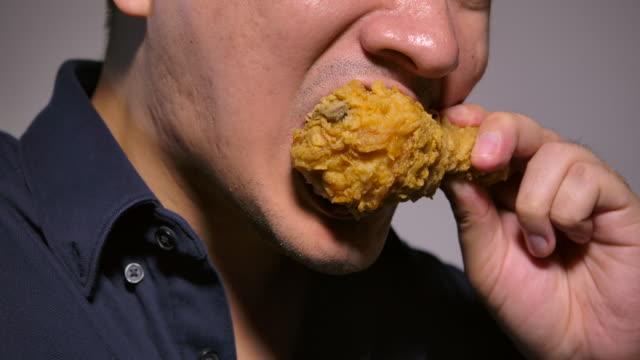 vídeos y material grabado en eventos de stock de los hombres están comiendo pollo frito - pollo frito