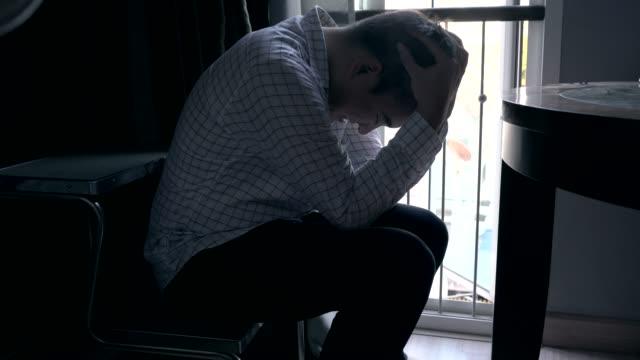 die männer sind gestresst über die arbeit in der dunklen ecke. - selbstmord stock-videos und b-roll-filmmaterial