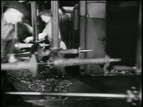 vidéos et rushes de b/w 1932 men assembling auto parts in ford car factory / industrial - ouvrier à la chaîne