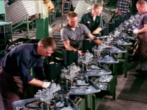vidéos et rushes de 1965 men assembling washing machines on assembly line in sears kenmore factory / industrial - chaîne de production
